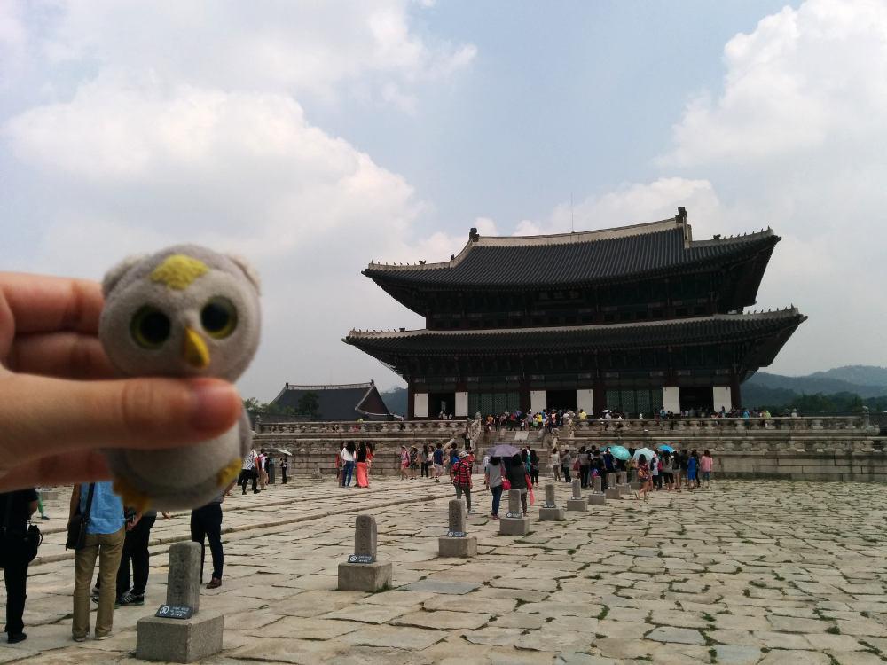 ... bei der Besichtigung alter Architekturen (Seoul, Südkorea)...