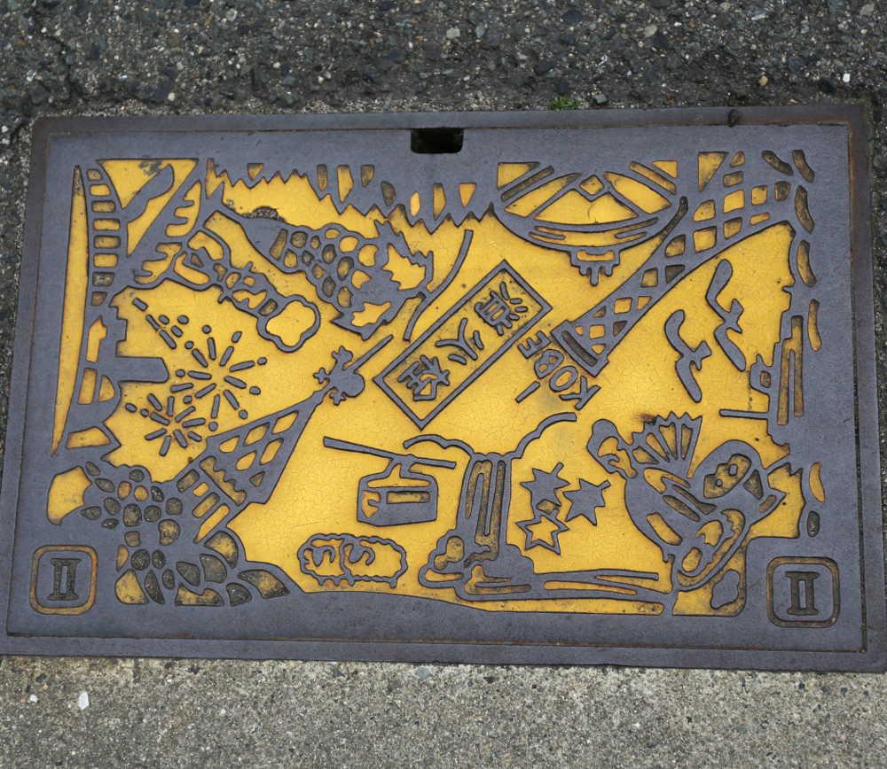 Wahrzeichen von Kobe auf einem Gullideckel
